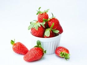 Lecker und unglaublich gesund: die Erdbeere hat im Frühsommer Saison.